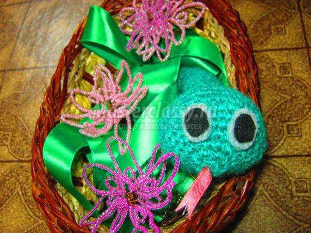 вязанная крючком змея и цветы из бисера