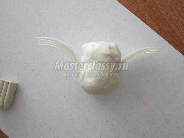 лебедь из пластилина и фисташек