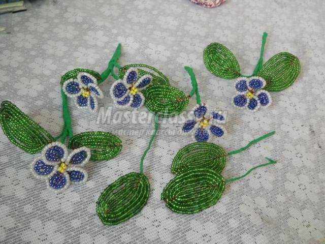 цветы из бисера. Весенние фиалки