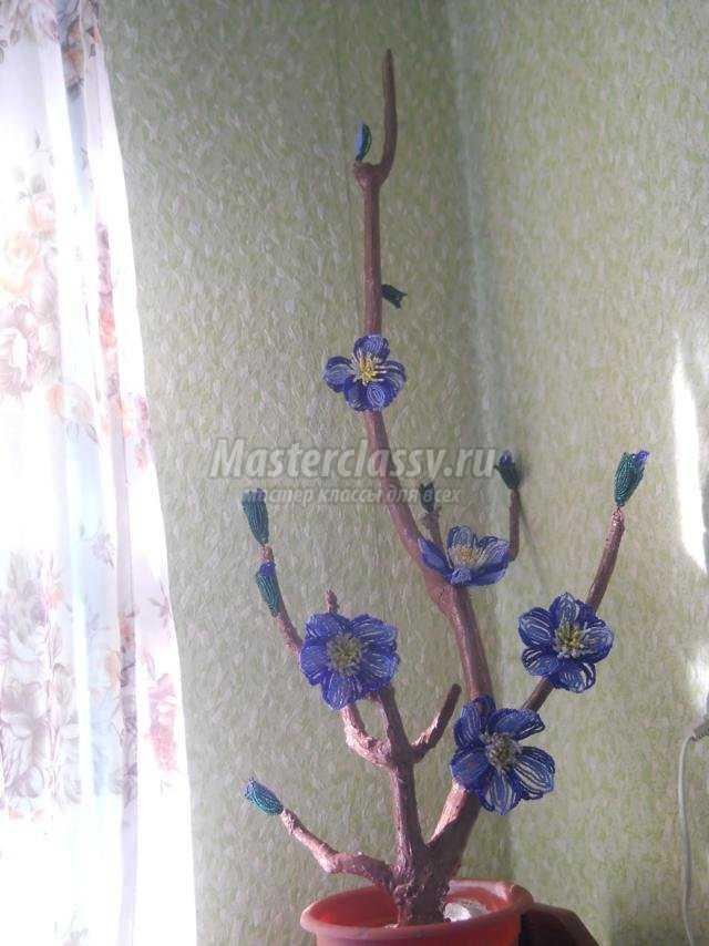 клематис из бисера и искусственных листьев