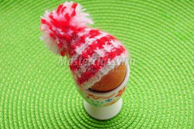 вязаная спицами шапочка для яйца