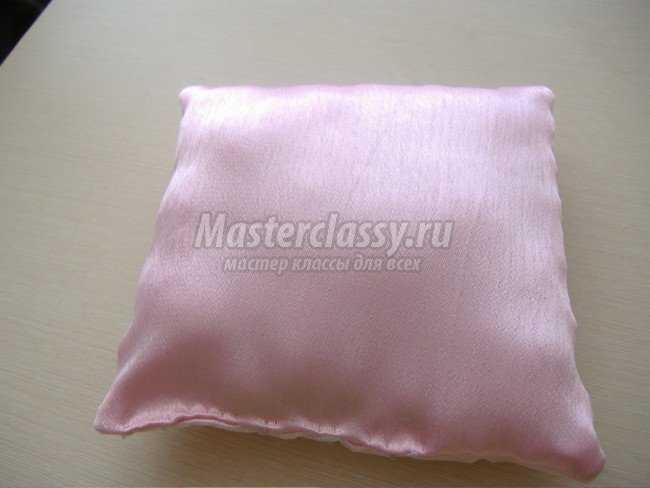 Свадебная розовая подушечка с органзой