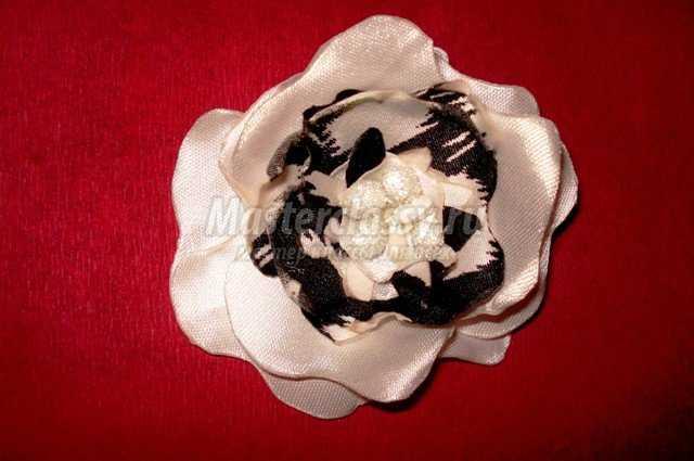 Цветы из атласных лент мк