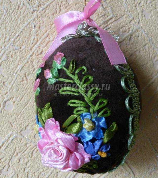 пасхальное яйцо с вышивкой атласными лентами