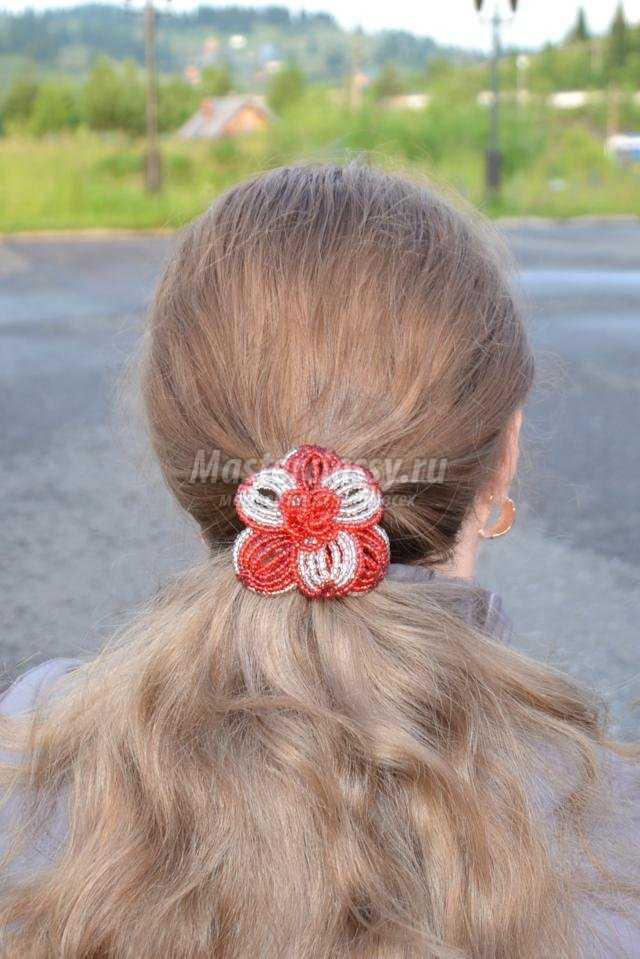 резинка для волос с цветком из бисера
