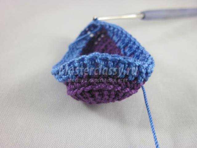 вязание брелка крючком. Радужные пинетки