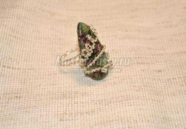 Колечко из проволоки в технике wire wrap с натуральным камнем флюорит в пирите