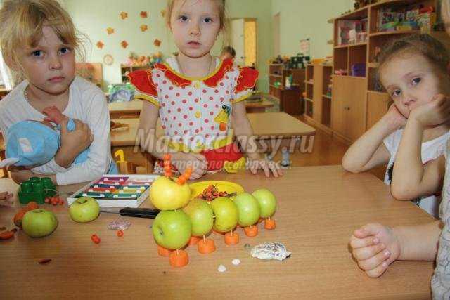 поделки из фруктов и овощей. Гусеница