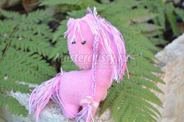 розовая лошадка из флиса. Новогодний сувенир
