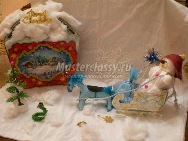 новогодняя композиция с лошадкой, санками и снеговиком