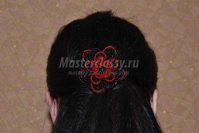 Резинка для волос из красного и черного бисера
