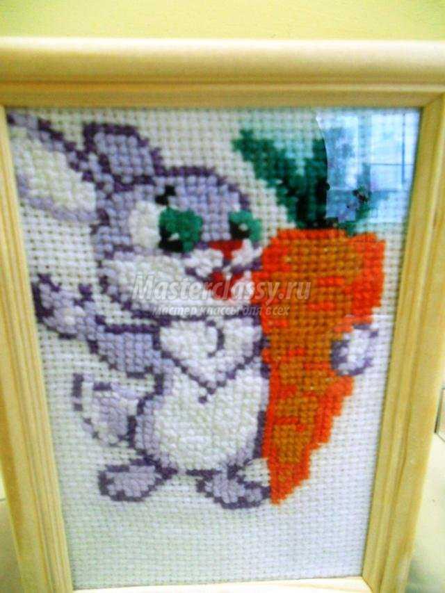 вышивка крестом картина. Зайка с морковкой
