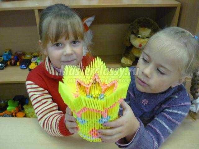 ваза в технике модульного оригами с розами из листьев