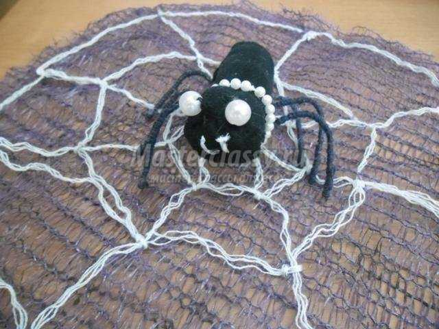 поделки к Хэллоуину. Паучок из ткани