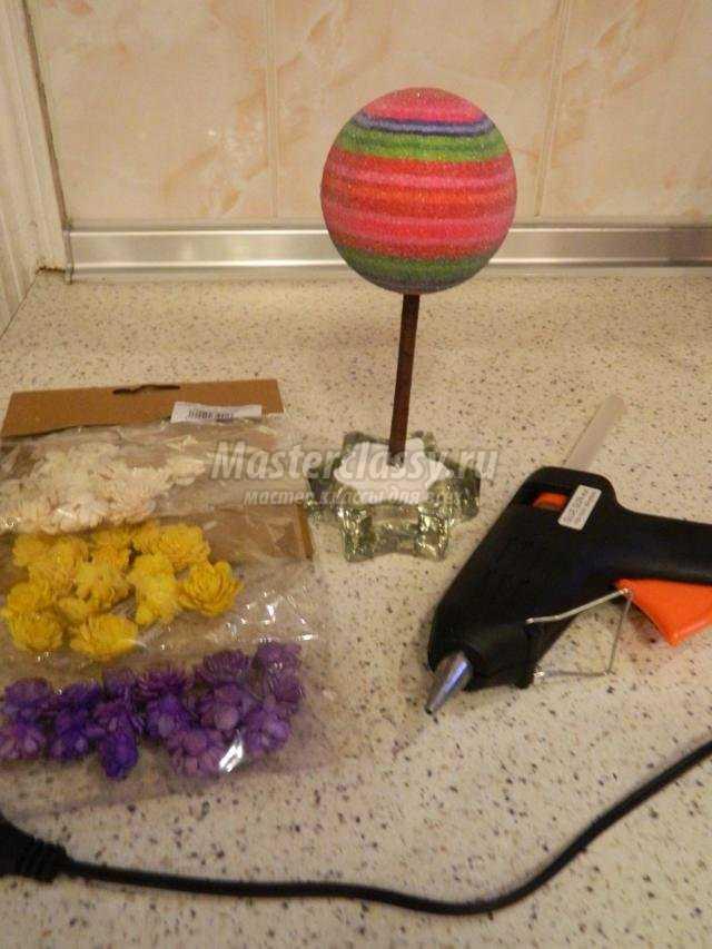 топиарий из искусственных цветов и сизали