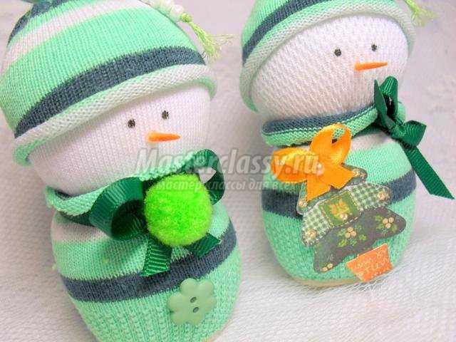игрушка-снеговик из детских носочков