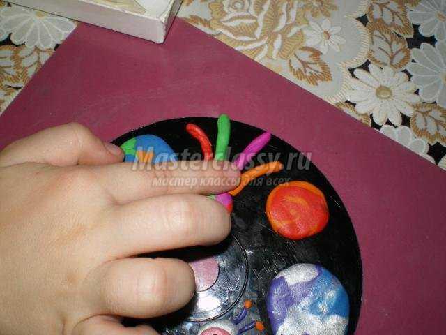 аппликация из пластилина на диске. Космос