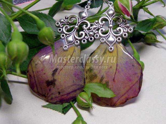 серьги из лепестков роз в эпоксидной смоле