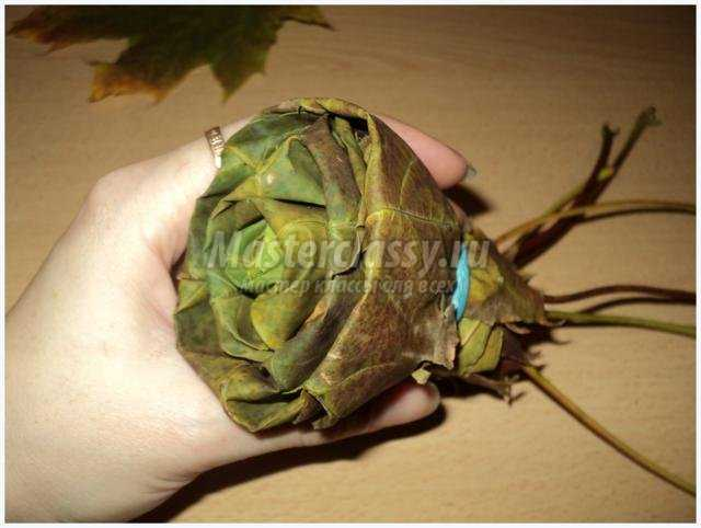 осенний букет с розами из листьев
