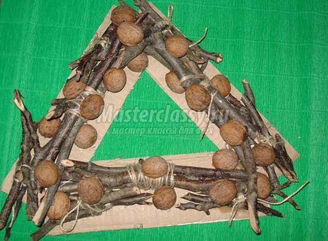 Новогодний венок из веток и орехов