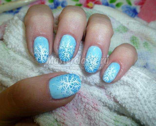 зимняя роспись ногтей маникюр. Блестящие снежинки
