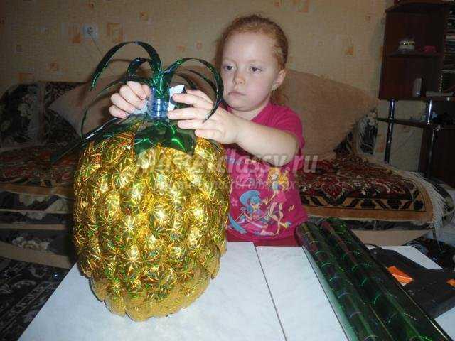 поделки из пластиковых ложек. Новогодний ананас