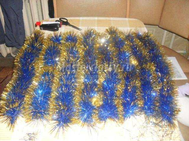 новогодний венок из елочной мишуры и пластиковых бутылок