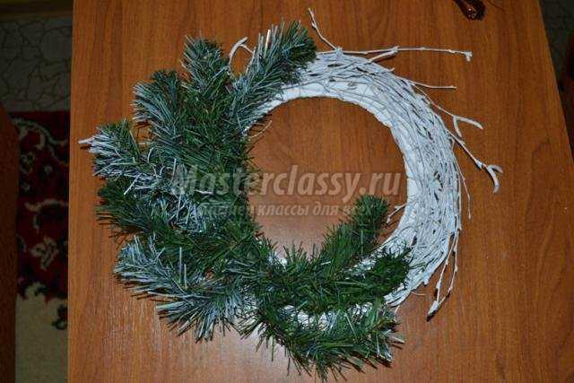 новогодний венок из искусственной ели и березовых прутьев