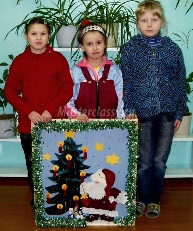 новогодняя картина из ткани и елочной мишуры. Дед Мороз и елка