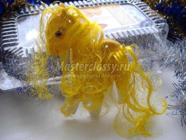 золотая лошадка из соленого теста к Новому году