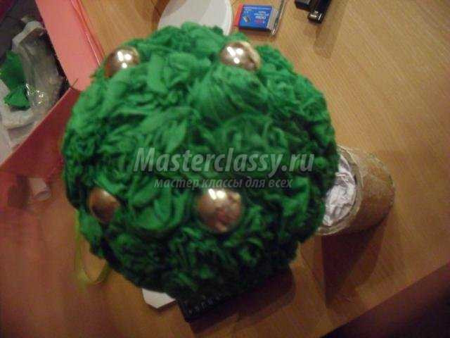 новогодний топиарий из гофрированной бумаги и елочных шариков