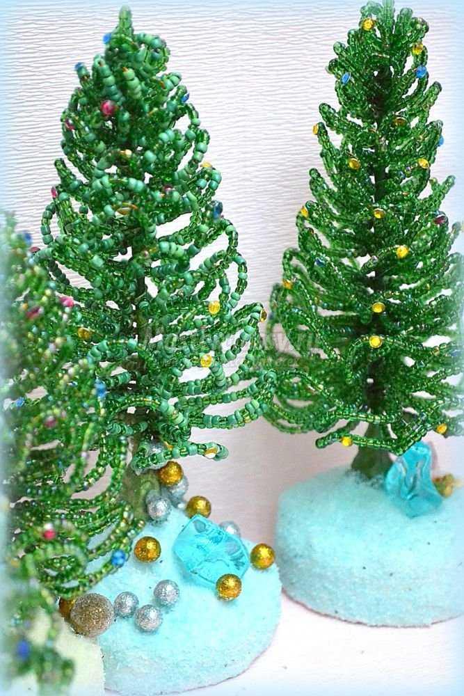 Пушистые новогодние елки из бисера