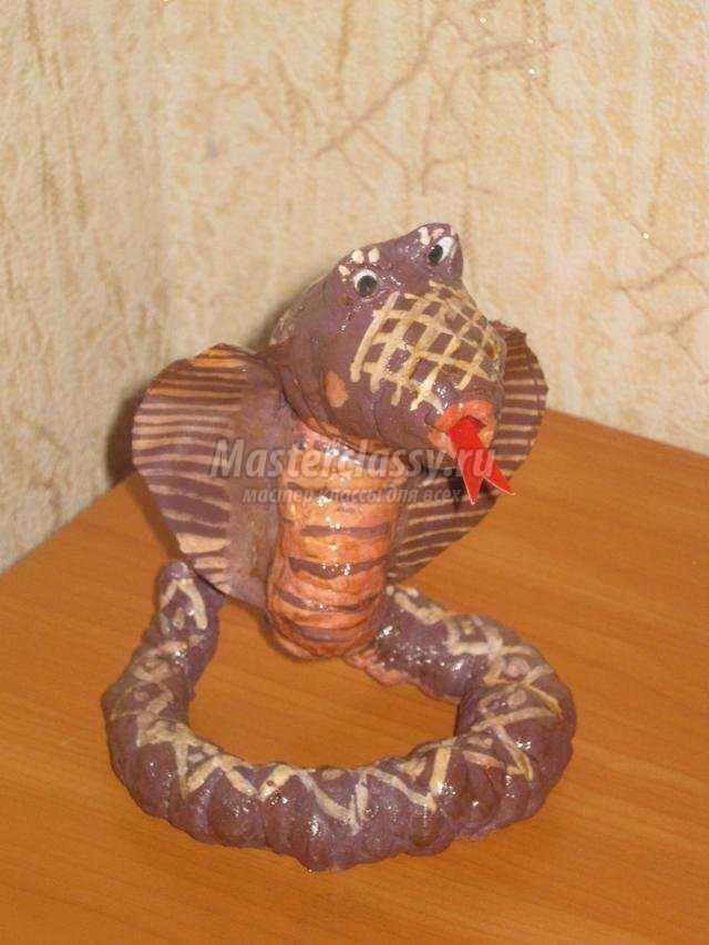 новогодние игрушки своими руками. Змея из ваты