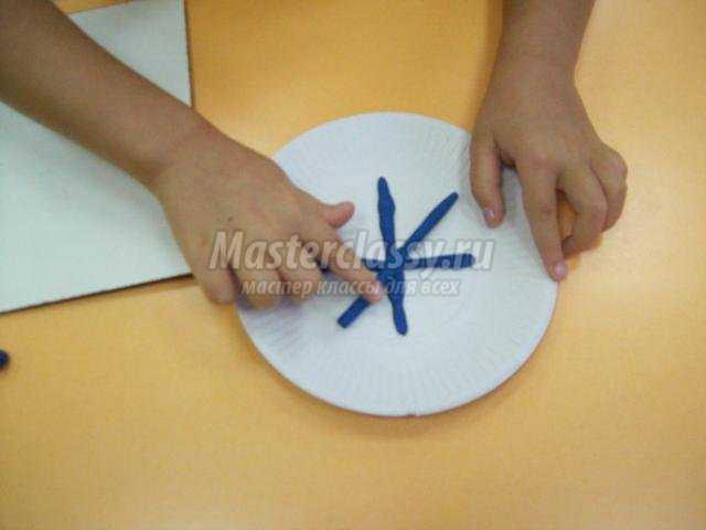 пластилинография на одноразовой тарелке. Снежинка