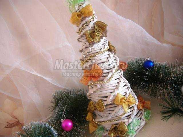 новогодняя елочка из газетных трубочек