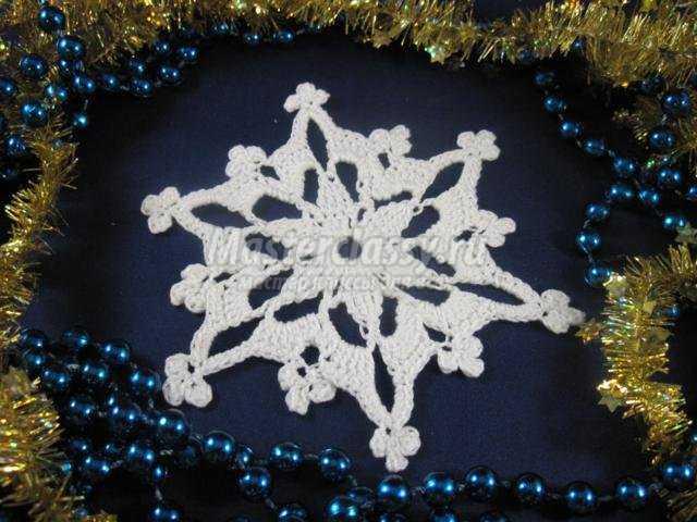 вязаная крючком снежинка на Новый год