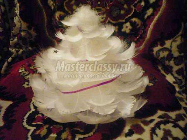 новогодняя елочка из перьев своими руками