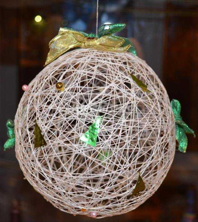 объёмная композиция из ниток. Новогодний шар