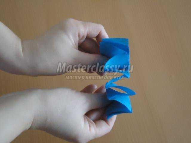 новогодняя игрушка. Шар из гофрированной бумаги