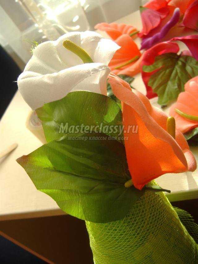 елочка из искусственных цветов и флористической сетки