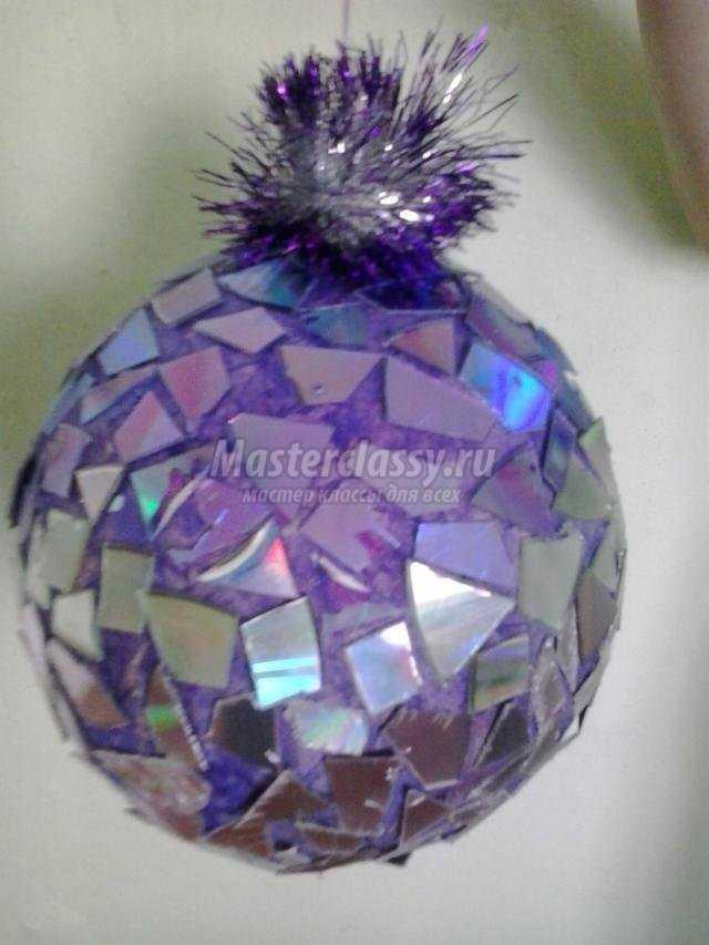 новогодний шар из воздушного шарика и дисков