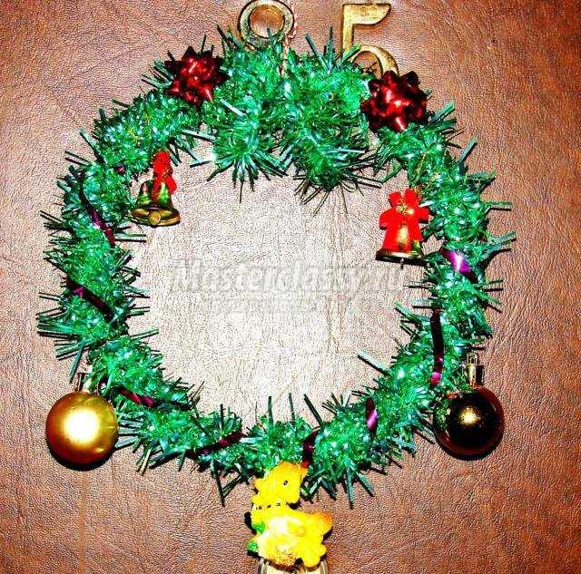 рождественский венок из мишуры с колокольчиками, шарами и лошадкой