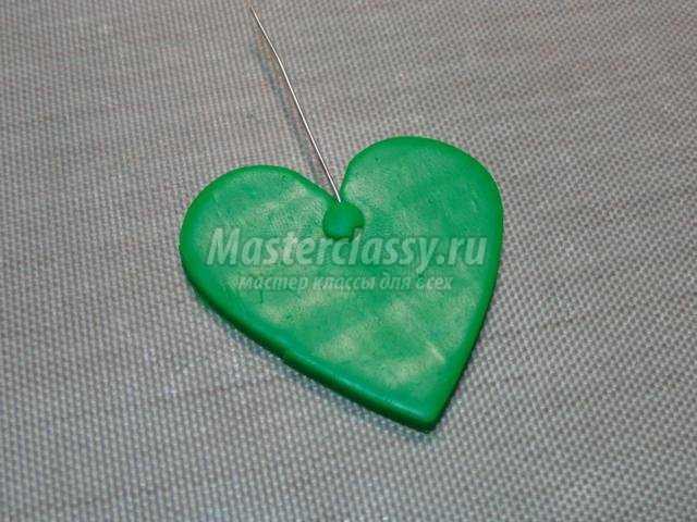 кулон из полимерной глины в форме сердца на День Валентина. Алые розы
