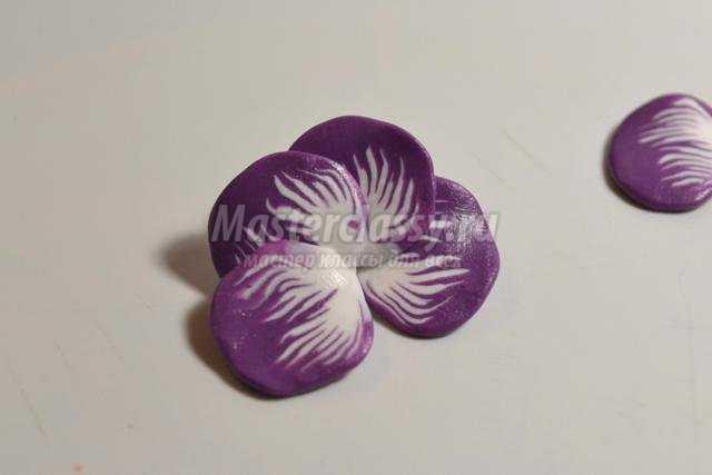 нежный цветок из полимерной глины