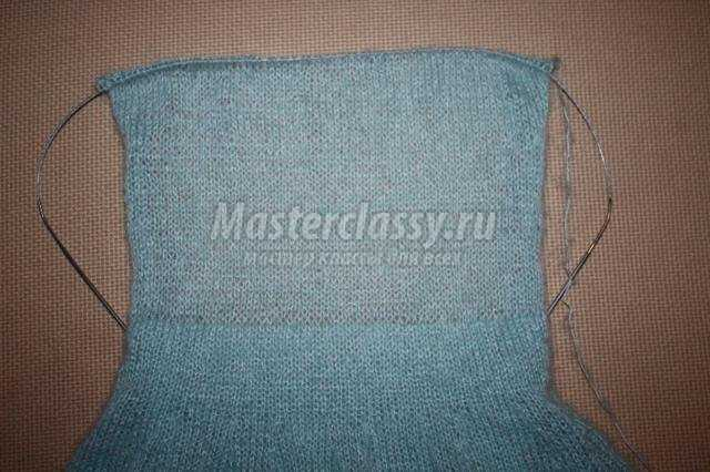 вязаное спицами мохеровое платье с воланами