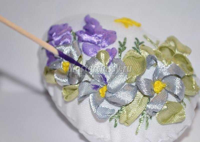 вышивка лентами яйцо