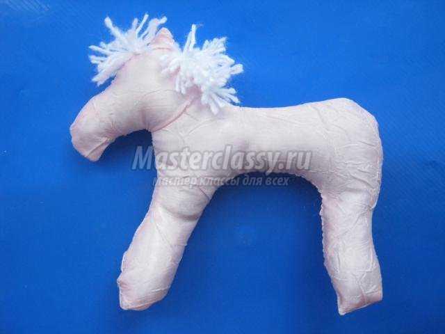 новогодняя игрушка-сувенир. Лошадка из ткани