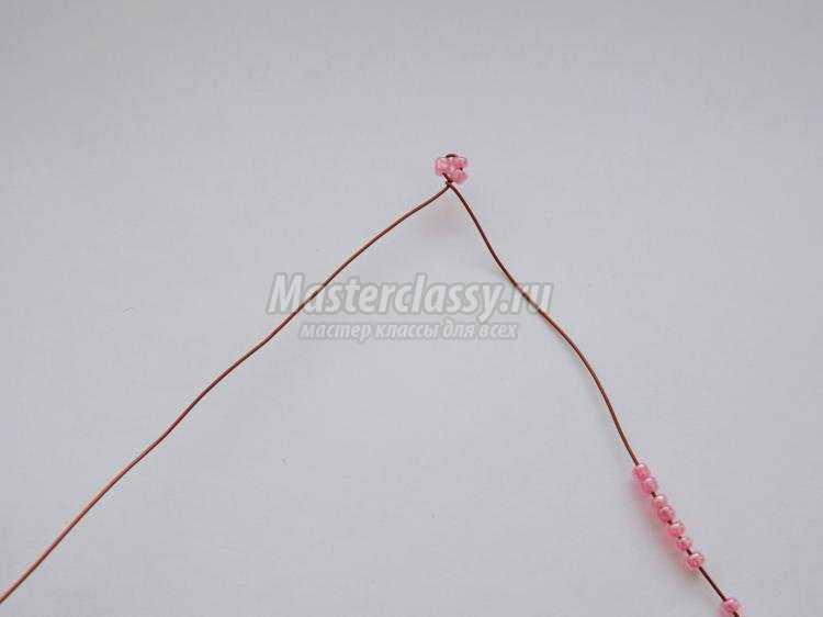 розовая фиалка из бисера на 8 Марта