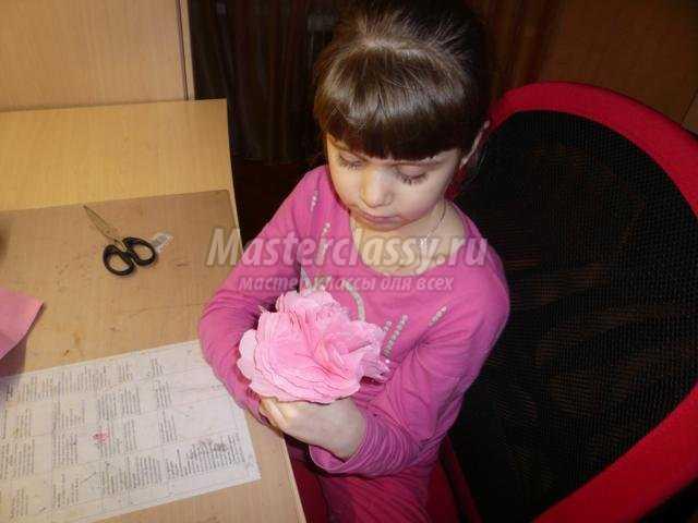 подарок маме к 8 Марта. Корзинка с цветами из салфеток