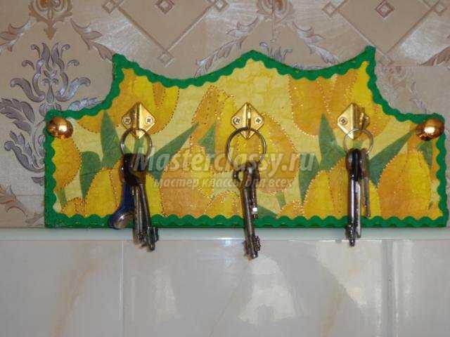 деревянная ключница в технике декупаж. Жёлтые тюльпаны